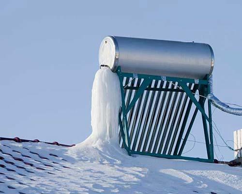 آبگرمکن خورشیدی در پشت بام در زمستان