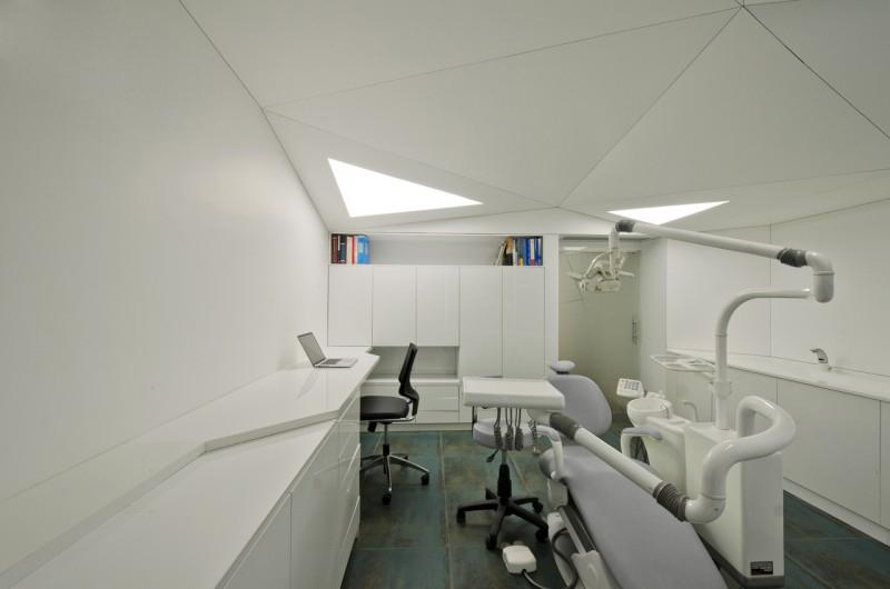 صندلی و لپ تاب و تجهيزات دندان پزشکی در مطب دندان پزشکی