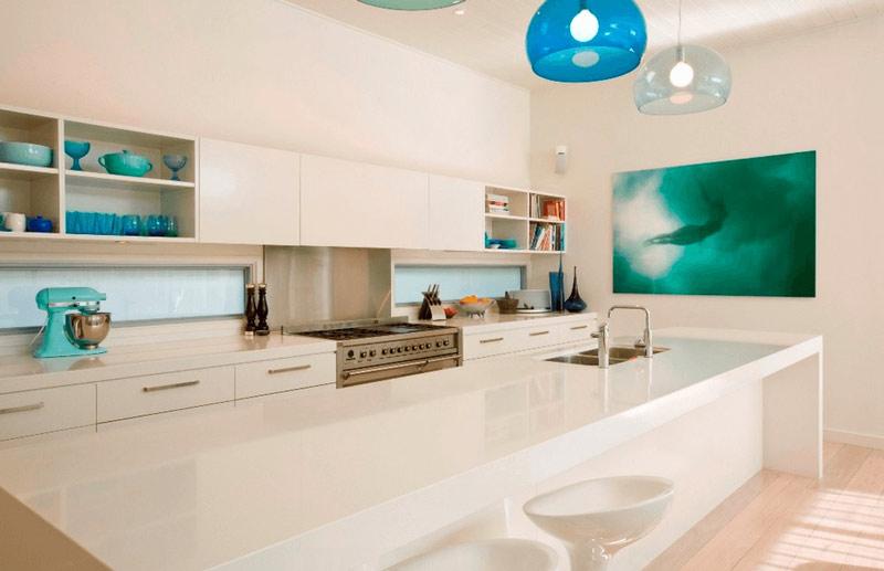آشپزخانه سفيد با تزئينات آبي