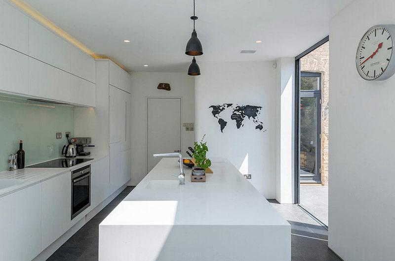 طراحي دکوراسیون آشپزخانه جزيره بزرگ سفيد