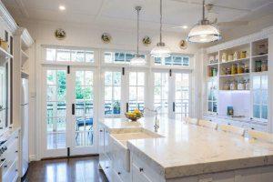 جزيره سفيد در آشپزخانه سفيد در دکوراسیون آشپزخانه
