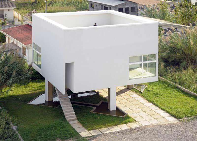 حياط و نمای خارجی ساختمان از دور