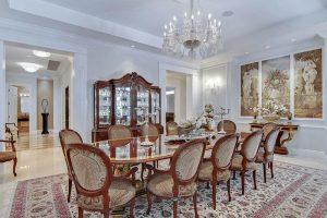 ميز غذاخوری و صندلی های زيبا و لوستر زيبا در خانه لوکس