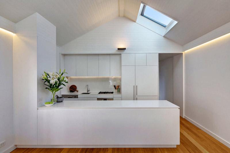 طراحي دکوراسيون آشپزخانه آشپزخانه سفيد براق مدرن