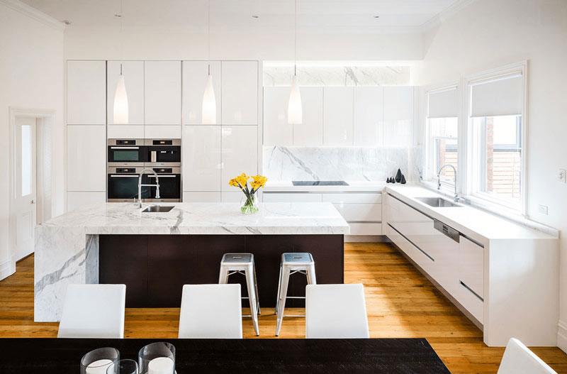 طراحي دکوراسيون آشپزخانه سياه و سفيد چوبي