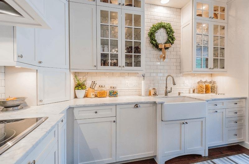 آشپزخانه سفيد با سينک خانه روستايي
