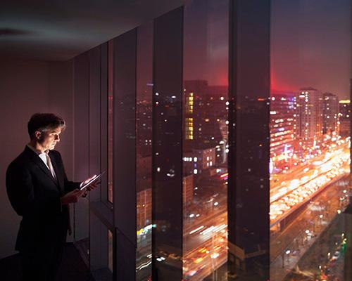 شیشه هوشمند در ساختمان و یک مرد در حال کار