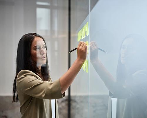 تجهیزات شیشه هوشمند و زن ژاپنی