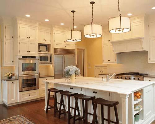 طراحی دکوراسیون آشپزخانه سفید با چهار پایه های قهوه ای