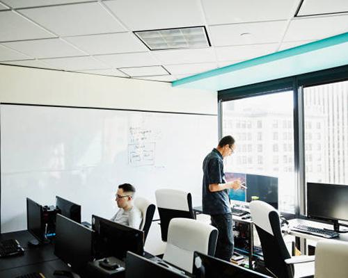 شیشه مات کن هوشمند و دو مرد و تعدادی کامپیوتر