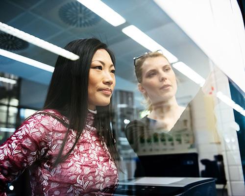 شیشه دوجداره هوشمند و دو زن در حال کار