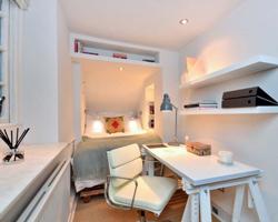 اتاق خواب کوچک با ميز مطالعه و تخت دونفره
