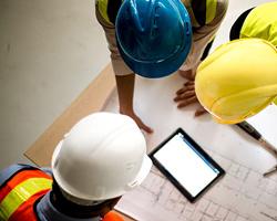 سه نفر مهندس ساختمان در حال بررسی نقشه