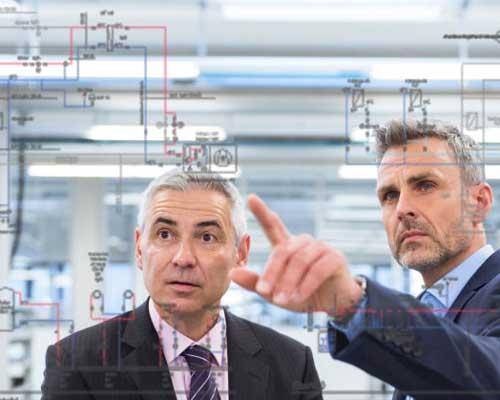 مهندسین در حال نمایش نمودارها بر روی شیشه هوشمند