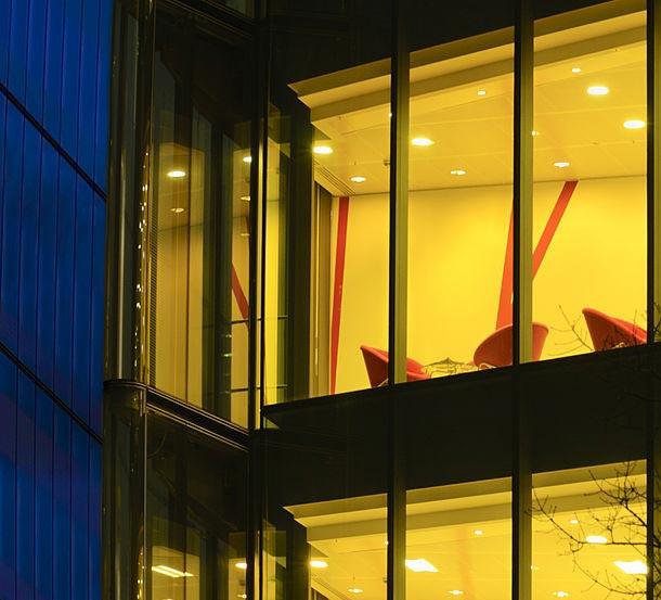 پنجره ساختمان با برچسب عايق حرارتي زرد رنگ ساده