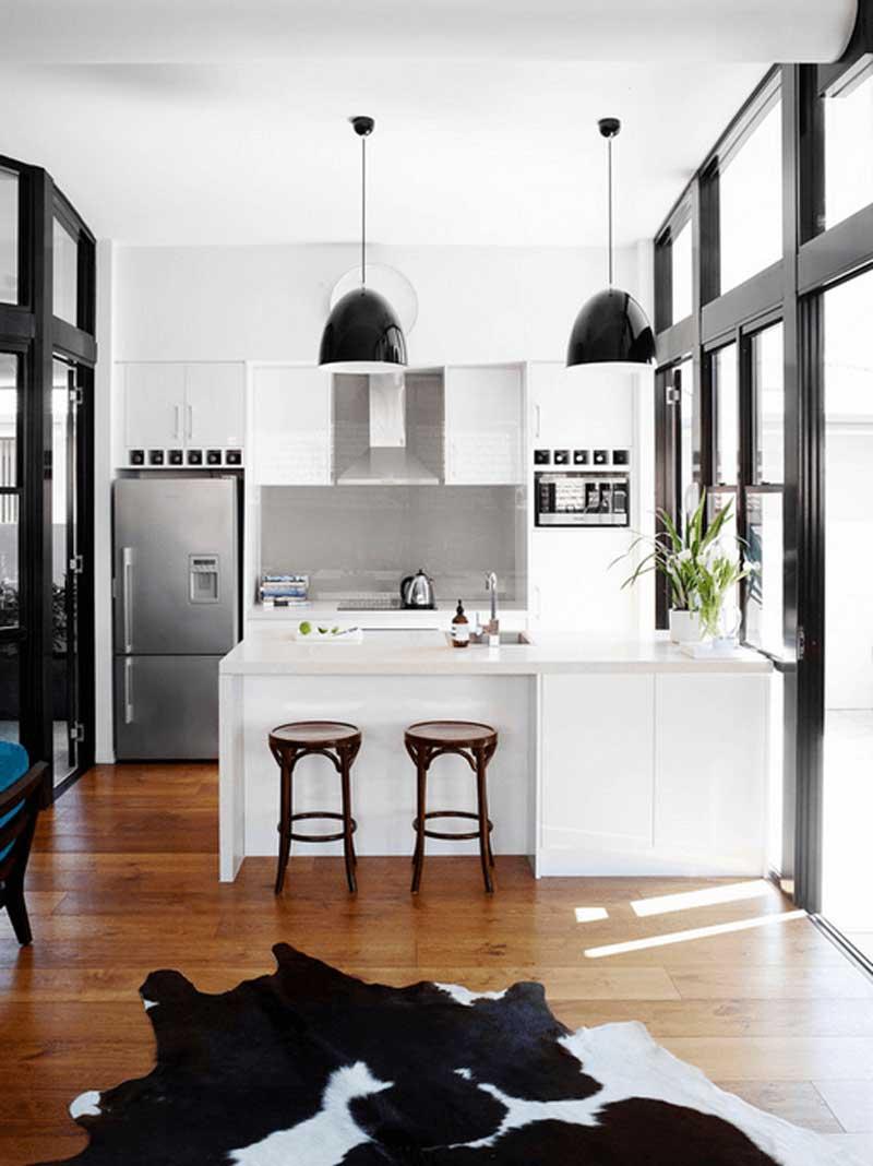 آشپزخانه سفيد با چراغ هاي آويز مشکي