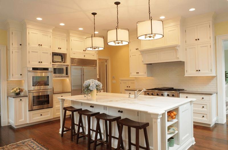 طراحي دکوراسيون آشپزخانه آشپزخانه سفيد با چهار پايه هاي قهوه اي