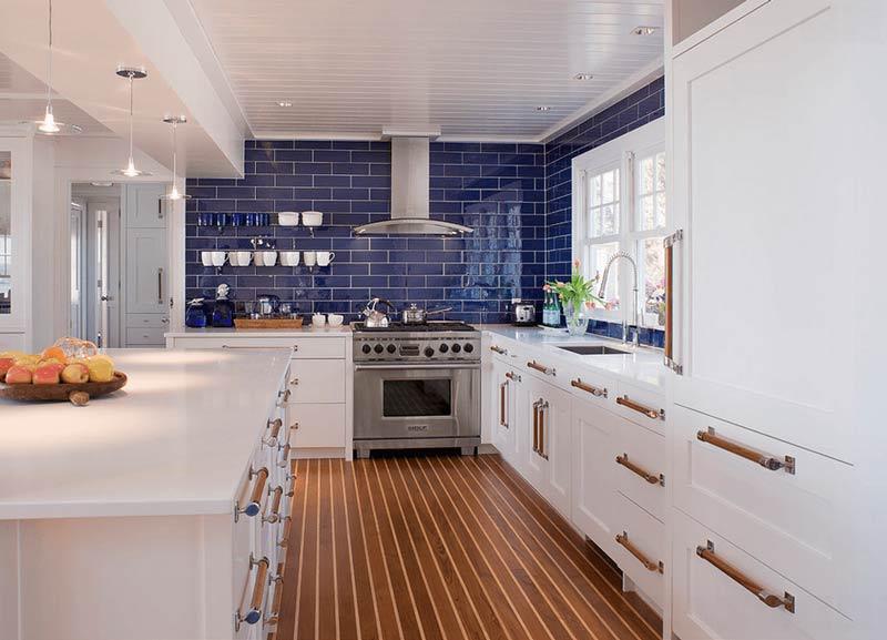 آشپزخانه سفيد با کاشي هاي آبي