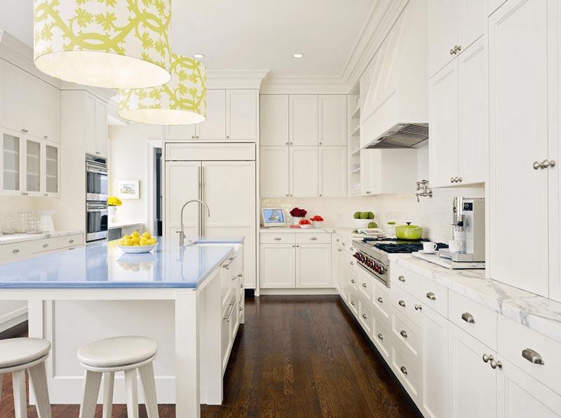 آشپزخانه سفيد با کانتر آبي
