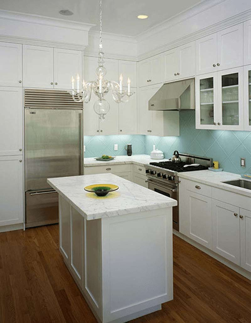آشپزخانه سفيد با کانتري که رگه هاي آبي دارد