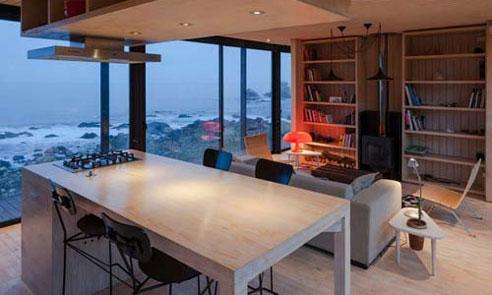 آشپزخانه و سینک گاز و صندلی ها در خانه لوکس