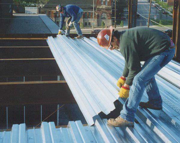 کارگران در حال اجراي سقف عرشه فولادی