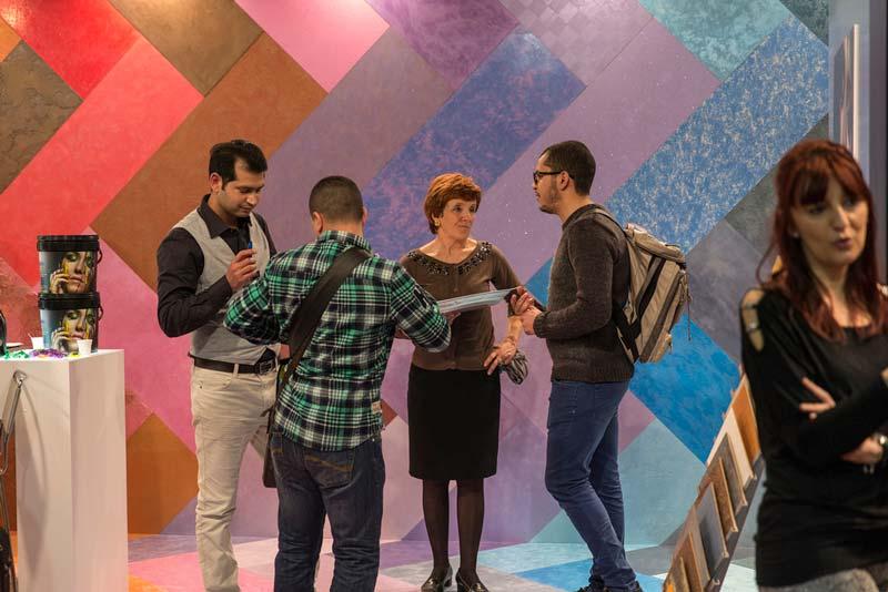 تعدادي از بازديدکنندگان نمایشگاه ساختمان و معماری میلان