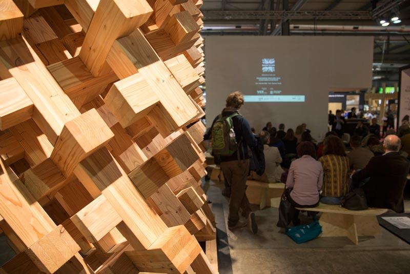 نمايش مجسمه چوبي در سالننمایشگاه ساختمان و معماری میلان