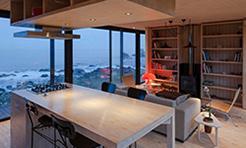 آشپزخانه و سينک گاز و صندلی ها در خانه لوکس