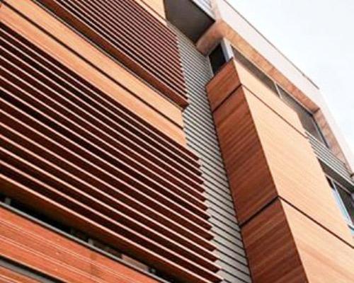 یک ساختمان مدرن و جذاب با نمای چوبی