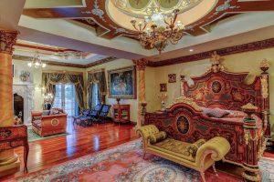 تخت خواب دو نفره در اتاق خواب خانه لوکس