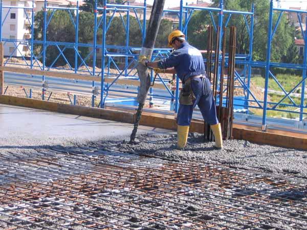 کارگر در حال اجراي سقف یوبوت