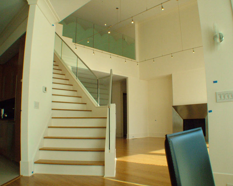 نمايی از پله پيش ساخته با کف چوبی در پذیرایی