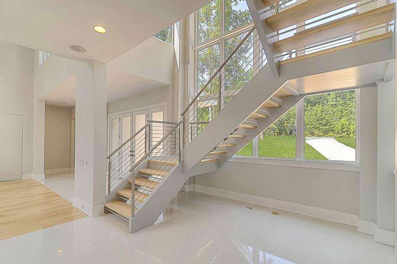 نمونه ای از پله پيش ساخته مدرن با نرده استيل