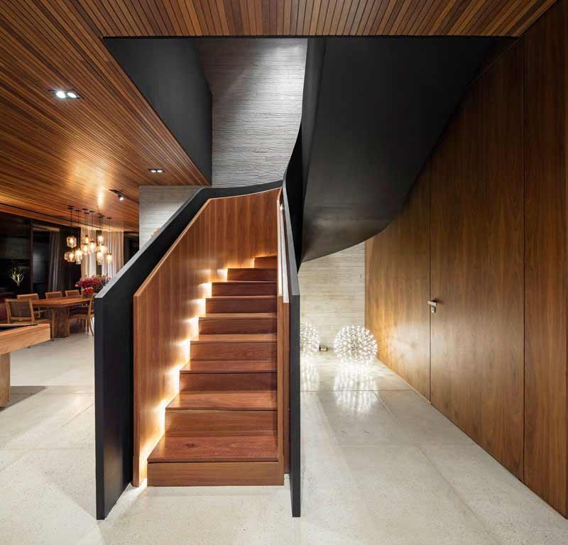 نورپردازی پله چوبی مجهز به سيستم نور مخفی