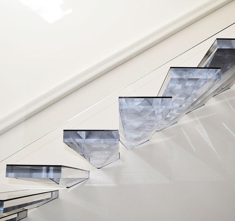 نمونه ای از پله پيش ساخته شیشه ای