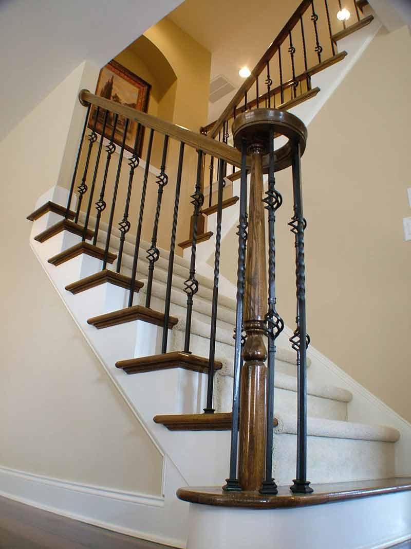 پله هايی با نرده های چوبی و فرفورژه