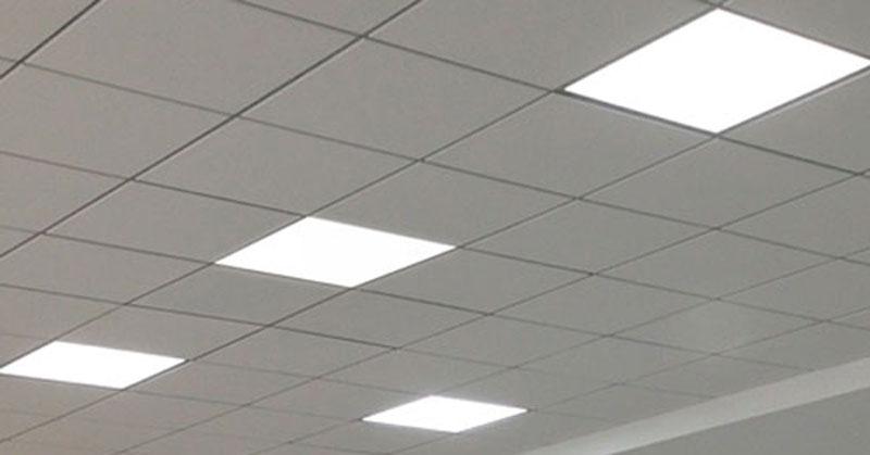 سقف داراي چراغ های پنل ال ای دی