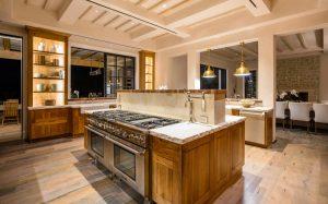 آشپزخانه مجهز به امکانات کامل در هنگام شب