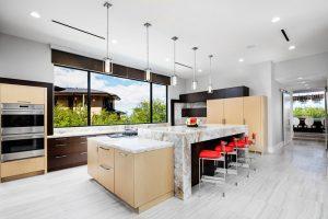آشپزخانه مجهز به کابينت های چوبی و جزيره و مجهز به امکانات