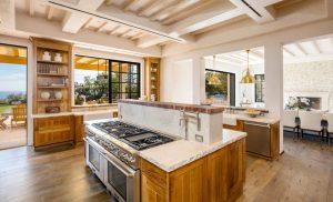 آشپزخانه مجهز به کابينت های چوبی و لوکس