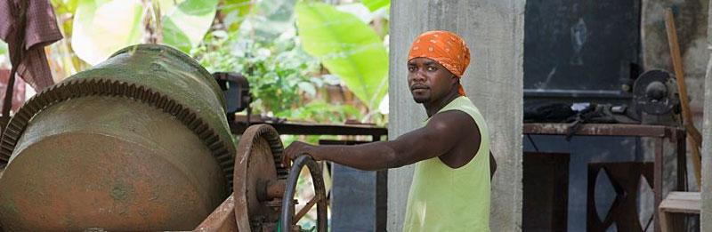 کارگر در حال ساخت بتن با افزودنی معدنی بتن