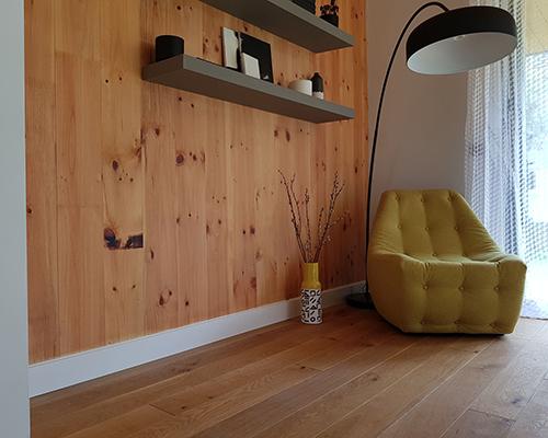 قرنیز حرارتی با مبل زرد و آباژور مشکی و کتابخانه چوبی