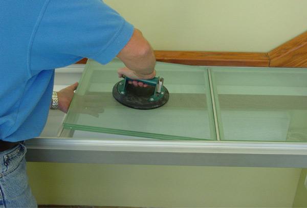 کفپوش شیشه ای چند لايه نصب شده در يک چارچوب آلومينيومی