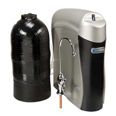 دستگاه تصفیه آب خانگی دارای مخزن مشکی رنگ