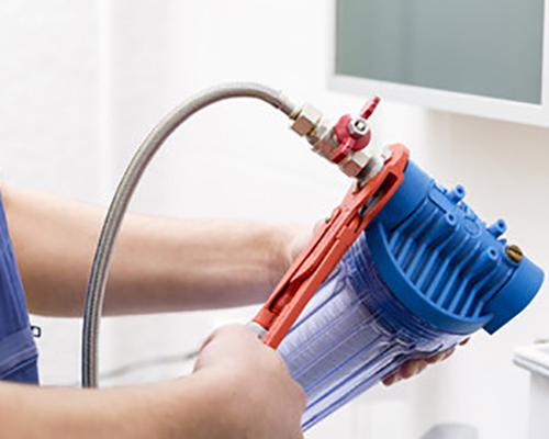 تکنسین در حال تعمیر دستگاه تصفیه آب خانگی