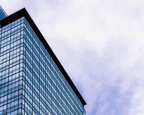 حذف دیوارهای ضخیم باربر و ایجاد شفافیت بیشتر در ساختمان توسط نمای شیشه ای