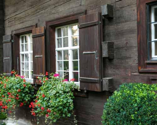 استفاده از الوار های چوبی در نمای ساختمان چوبی