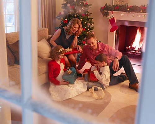 پنجره یک منزل که در سرمای زمستان باعث آسایش یک خانواده شده است