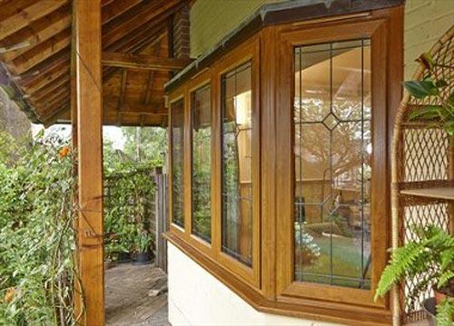 نمونه ای از پنجره چوبی در فضای رو به باغ